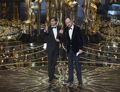 """PREMIOS OSCAR. El guionista y director de cine británico de ascendencia india, Asif Kapadia, y el productor cinematográfico James Gay-Rees reciben su Óscar al Mejor Documental por """"Amy"""", que narra la historia de la fallecida cantautora Amy Winehouse."""