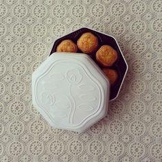 レトロな中に洗練を感じることができる資生堂パーラーの花椿ビスケットは、贈り物にも喜ばれる定番です。さくさく食感でバターたっぷり。