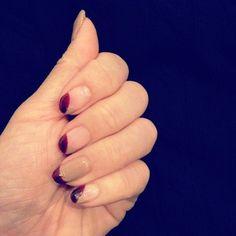 薬指にベージュとボルドーのフレンチネイル。 他の指は、薄いピンクにボルドーの斜めフレンチが入っています。 大人っぽくモードな印象です。