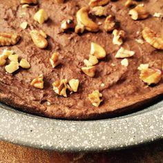 BROWNIE de CHOCOLATE Y COCO Necesitas: (rinde 8 porciones) 2 huevos y 2 claras. 1/2 taza de coco rallado o harina de coco. Reemplazable por 1/2 taza de harina de almendras/ leche en polvo. 1/2 taza de salvado de avena procesado bien fino. 1/3 taza de cacao amargo en polvo. 1 y 1/2 cucharada sopera colmada de queso crema bajo en grasa. 12 sobres de sucralosa/stevia. 1 chorrito de extracto de vainilla 2 y 1/2 cucharadas soperas de leche descremada/vegetal. Una pizca...