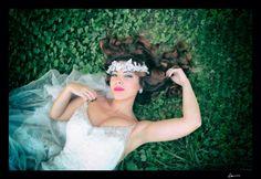 Tocado de novia en terciopelo gris y cristales