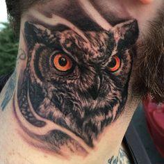 Owl Neck Tattoo, Side Neck Tattoo, Neck Tattoo For Guys, Hand Tattoos For Guys, Realistic Owl Tattoo, Totenkopf Tattoos, Tribal Animals, Owl Eyes, Sleeve Tattoos