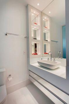 Nichos laterais com fundo espelho, gabinete espelhado = sofisticação, ficam ótimos em banheiros que tem dupla função: uso diário/lavabo