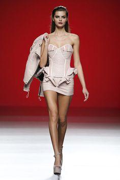 Maya Hansen - Otoño-Invierno 2015/2016 Fashion Line, Runway Fashion, High Fashion, Vintage Corset, Fashion Project, Dress Sewing Patterns, Hot Dress, Costumes For Women, Nice Dresses