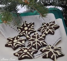 Christmas Cookies, Christmas Wreaths, Caramel, Food And Drink, Gift Wrapping, Chicken, Holiday Decor, Sweet, Desserts