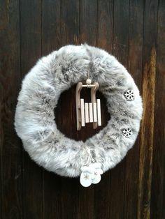 Zimní+věnec+Zimní+věnec.+Celková+velikost+35cm.+Věnec+je+udělán+z+umělé+kožešiny+šedobílé+barvy+s+hnědym+odstínem. Wreaths, Door Wreaths, Deco Mesh Wreaths, Floral Arrangements, Garlands, Floral Wreath, Garland