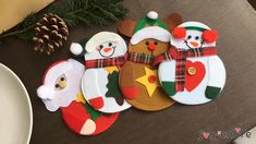 Felt Christmas Decorations, Felt Christmas Ornaments, Christmas Holidays, Merry Christmas, Christmas Buttons, Diy Ornaments, Beaded Ornaments, Christmas Christmas, Felt Crafts
