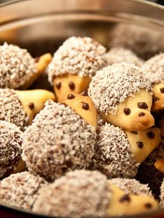 Quick Christmas cookies: hedgehog biscuits - Quick Christmas biscuits: hedgehog biscuits These Christmas biscuits simply look good. Christmas Biscuits, Christmas Cookies, Homemade Frappuccino, Oatmeal Cake, Easy Smoothie Recipes, Vegetable Drinks, Food Shows, Summer Desserts, Yummy Drinks