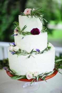 To smash the wedding cake or not to? | Photo: The Nichols