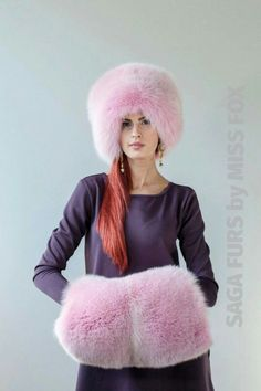 Muff- tube made of fur and other heavy warm materials that act as gloves. Pink Mittens, Cool Girl Style, Fur Hats, Pink Fox, Fur Clothing, Fur Accessories, Blue Coats, Fur Fashion, Girl With Hat