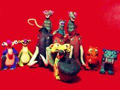 De la película de animación La Era de Hielo, llegan los increíbles personajes de esta película en su forma grandiosa de arcilla!, síguelos en una aventura llena de retos, trucos, trampas y gente nueva que conocerán, en su fabulosa aventura prehistórica que pasaran el mejor tiempo de todos, acompáñalos! .