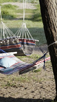 Tee riippumatto räsymatosta   Meillä kotona Outdoor Daybed, Outdoor Seating, Outdoor Decor, Garden Furniture, Diy Furniture, Rug Loom, Art And Hobby, Colorful Garden, Nature Crafts