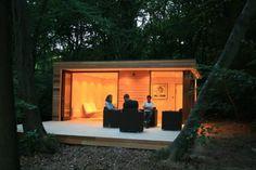 Fotografías y plano de planta de una caseta prefabricada ensamblada en un bosque de Slough (Reino Unido). Características principales de su arquitectura sostenible.