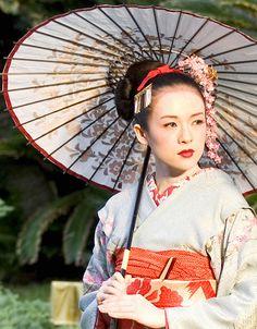 Memoirs of a Geisha, costume design by Colleen Atwood. Geisha Make-up, Geisha Japan, Japanese Geisha, Japanese Kimono, Japanese Art, Japanese Beauty, Beau Film, Geisha Costume, Rob Marshall