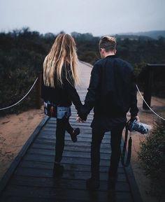Volví a acordarme de ti y no sé precisar el momento, tal vez por alguna canción, algún gesto, un detalle o simplemente a tu recuerdo le dio la gana visitarme. Recordé las risas, nuestras largas charlas que no tenían fin, recordé como tu mano me sujetaba al manejar y esos besos especiales que me d