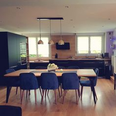 Cuisine noire et bois salle à manger table Odessa suspension Brass Bell ligne roset - Agence Silia Studio