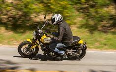 Notre pilote a été surpris par la solide tenue de route de la Scrambler Icon. Elle transcende la simplicité de ses composantes individuelles. - Galerie de photos - Moto Journal