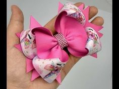 Laço Amora da Alessandra - YouTube Handmade Hair Bows, Diy Hair Bows, Making Hair Bows, Ribbon Hair Bows, Diy Bow, Bow Hair Clips, Hair Bow Tutorial, Boutique Bows, Girls Hair Accessories