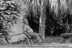 Schwarz-Weiss Aufnahme eines sitzenden Mannes in Saint Anne auf der Insel La Reunion Pictures, Man Sitting, Island