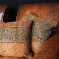 Pillows and worn leather chair Rustic Charm, Rustic Style, Western Style, Ideas Hogar, Bohemian House, Bohemian Decor, Ivy House, Ginger Cats, Vintage Pillows