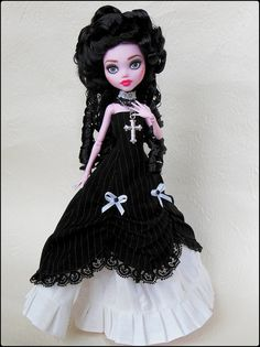Lady Helena by Antiphane. Especially since I like Helena Bonham Carter. Monster High Crafts, Monster High Clothes, Custom Monster High Dolls, Monster High Repaint, Custom Dolls, Ooak Dolls, Barbie Dolls, Art Dolls, Gothic Dolls