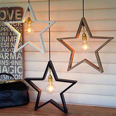 Lysekil pendel är en stilren hängande adventsstjärna för inomhusbruk tillverkad i trä. Finns i vitt, brunt och svart. Levereras med 3,5 meter lång strömkabel med strömbrytare.