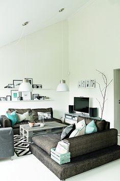 Obývací pokoj ve skandinávském stylu s tyrkysovými doplňky