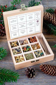 """Diese Räuchermischungen nehmen uns mit ihren aromatischen Düften mit in die Natur. Eva Kilwing hat etwa einen """"Waldspaziergang"""" aus Weihrauch, Thymian, Rosmarin, Sonnenblumen und Lavendel kreiert. Für """"Innere Ruhe"""" sorgen Weihrauch und Styrax. In der Mischung """"Alpenzauber"""" sind u.a. verschiedene Salbeiarten, Zirbenholz, Wacholder und Ysopkraut enthalten. Spüren Sie die """"Kraft der Wälder"""" durch Weihrauch, Kiefernharz, Fichtenharz, Pinienholz und Sandelholz."""