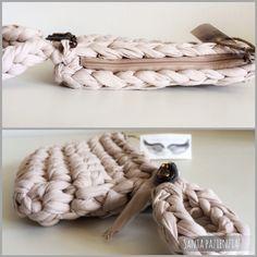 Vídeo-tutorial Cómo hacer un bolso de mano con pulsera | Santa Pazienzia Crochet Coin Purse, Crochet Purses, Cute Crochet, Knit Crochet, Diy Purse Making, Crochet Stitches, Crochet Patterns, Cotton Cord, Yarn Bag