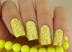 Uñas decoradas colores llamativos amarillas