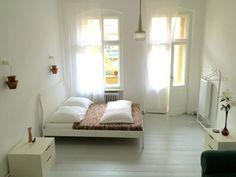 Traumhaftes Schlafzimmer in Berliner Altbauwohnung #Berlin #Schlafzimmer #Altbau #weiß