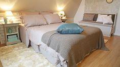 L'Astuce déco d'Aurélie Hémar : relooker une chambre dans un esprit campagne chic - Côté Maison Home Staging, Shabby Chic, Sweet Home, House, Furniture, Home Decor, Couture, Bedrooms, Tables