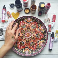 Dot Art Painting, Mandala Painting, Painting Patterns, Painting On Wood, Painted Plates, Ceramic Plates, Mehndi Decor, Painted Flower Pots, Diy Resin Crafts
