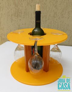 Suporte para taças e garrafa de vinho, feito com carretel pequeno. Car Furniture, Outdoor Furniture Plans, Wooden Cable Reel, Wine Caddy, Spool Tables, Rustic Wine Racks, Spool Crafts, Wooden Spools, Bottle Holders