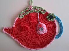 Pannenlap in de vorm van een theepot met label van het theezakje van restjes katoen en wat kraaltjes en knopen. In frisse kleurtjes
