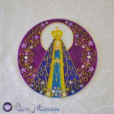Mandala Nossa Senhora  Em vidro 4mm de espessura  Com 19,8 cm de diâmetro  Pintada à mão com tinta relevo e verniz vitral