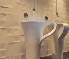Dekoracyjna umywalka w kształcie filiżanki w aranżacji łazienki.