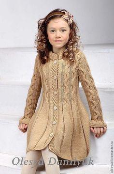 Купить или заказать Пальто для девочки в интернет-магазине на Ярмарке Мастеров. Актуальная тенденция сезона – вязаные на спицах косы. Плавное расширение создает девственно-романтичный силуэт, а правильно подобранная пряжа песочного цвета как нельзя лучше подчеркивает красоту и лаконичность узора. Эффектным продолжением рисунка является юбка «в складку», создающая иллюзию расплетенных внизу кос. Модель вяжется нитью в два сложения из необычайно мягкой пряжи, которую можно…