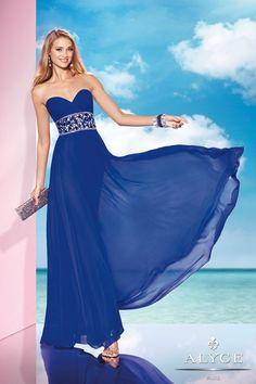 El azul es un color ideal para que luzcan las invitadas. ¿Vosotras qué opináis? ¿Cómo lo combinaríais? #vestidosdefiesta #bodas Imagen Alyce Paris