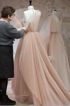 La robe en tulle peint du défilé Dior haute couture printemps ete 2018 5 You are in the right place about Haute Couture videos Here we offer you the most beautiful pictures about the Haute Couture bla Dior Haute Couture, Couture Week, Dior Fashion, Fashion Week, Fashion Beauty, Fashion Show, Fashion Design, Fashion Outfits, Dress Fashion