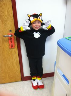 My son wanted to be Shadow so badly but I… Diy Halloween Decorations, Diy Halloween Costumes, Halloween Party, Sonic Kostüm, Shadow Costume, Sonic Birthday Parties, Sonic And Shadow, Shadow The Hedgehog, Hand Stitching