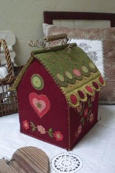 A beautiful house made of felt. Felt Crafts, Crafts To Make, Fabric Crafts, House Quilts, Fabric Houses, Felt Doll House, Decorative Bird Houses, Wool Quilts, Wool Embroidery