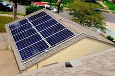 Sistema prefabricado para montar paneles solares en cualquier tipo de techo, sin necesidad de taladrar