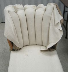 Upholstery class - week class - week 5 - Semper StylishUpholstery tip: blind stitchStep by step, how to reupholster a couch with linen towels, with kind steps to upholster a steps to Furniture Reupholstery, Do It Yourself Furniture, Reupholster Furniture, Furniture Repair, Upholstered Furniture, Furniture Making, Furniture Makeover, Diy Furniture, Furniture Stores
