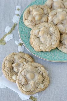 White Chocolate Macadamia Nut Cookies This recipe produces delicious, chewy cookies with a classic flavor combo! White Chocolate Macadamia, Chocolate Blanco, Baking Recipes, Cookie Recipes, Dessert Recipes, Macadamia Nut Cookies, Delicious Desserts, Yummy Food, Coconut Macaroons