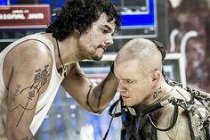 Matt Damon e Wagner Moura em Elysium (2013)