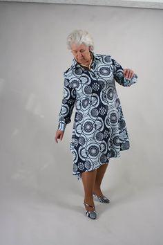 Afrikaanse katoenen printstof. Overhemdmodel met aangeknipte punt. Bijpassende schoenen fot0: StudioMagic