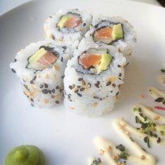 Een simpele uramaki met zalm, komkommer en avocado. Afgewerkt met zwarte- en witte sesam.