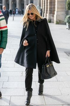 Kate Moss wearing black is as iconic as ever. See how the British model relies on all-black outfits here. Hermes, Kate Moss Style, All Black Outfit, Black Outfits, Queen Kate, Cape Coat, Parisian Style, Parisian Fashion, Ladies Dress Design