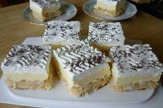 Šťavnatý obrátený koláčik s jablkami, maslovo pudingovým krémom a šľahačkou.